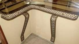 Dressuar esquinero de hirro y bronce con estante de vidrio