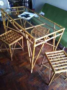 Mesa artesanal y sillas