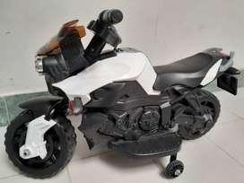 Se venden moto eléctrica y triciclos