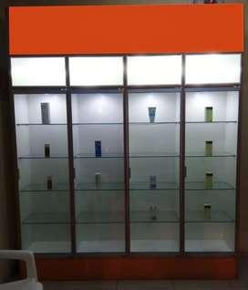 Venta de exhibidor de melamine con puerta de vidrio y luces led (estado de conservación 8/10)
