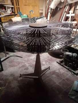 Perchero giratorio con perchas metalicas