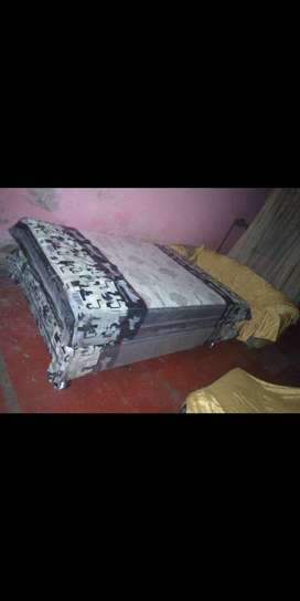 Se vende colchon de 2 plazas con tarima y  mesita de noche