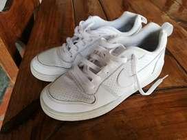 Zapatillas nike blancas talle 40 son muy poco uso. 3500$