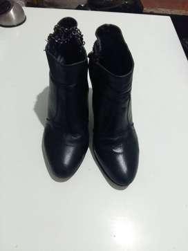Botas negras , caño corto N 37