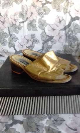 Sandalias de cuero doradas