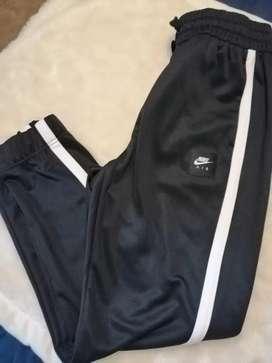 Se vende pantalón NIKE COLOR NEGRO REGULAR LENGTH LOOSE FIT