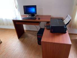 Computador, impresora y escritorio