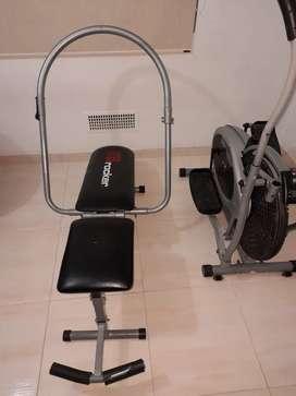 Elíptica y máquina para hacer abdominales.