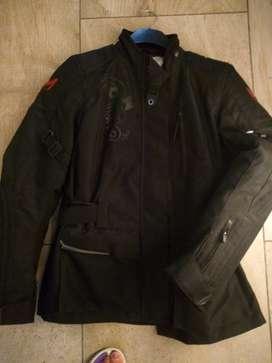 Moto ropa con una postura campera y pantalón + guantes