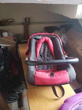 Vendo coche para bebe marca damming mas silla de bebe color rojo