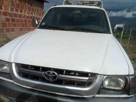 Toyota Hilux 2005, servicio público especial con placas de Bogotá y afiliada a empresa en Bogotá.