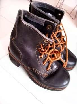 Vendo O acepto cambios botines para mujer marca SKECHERS número 37 en cuero,tienen un par de puestas son muy comodas