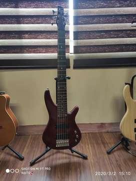 Bajo Ibanez soundgear con amplificador Fender bassman