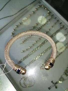 Un aro de plata 925 con piedra y baño de oro en las puntas