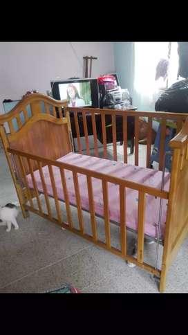 Vendo cama cuna en una muy buena madera e  perfecto estado con colchoneta si es niño de le puede cambiar el forro