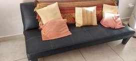 Hermoso sofá cama en cuerina negra