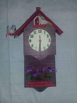 Reloj madera con relieve.
