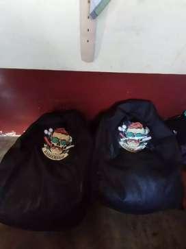 5 sillones puff negros con logo de barberia