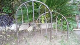 Frente y piecera de cama de una plaza de hierro