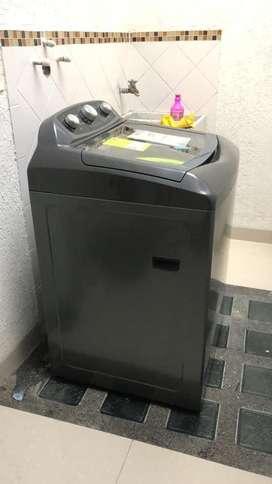 Se vende lavadora casi nueva (3 meses de uso)