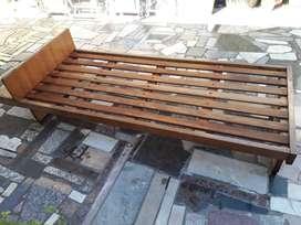 cama de una plasa usada buena madera sin movimiento