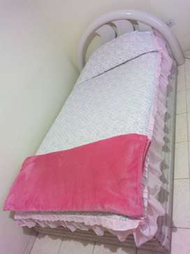 Vendo cama sencilla con colchón resortado