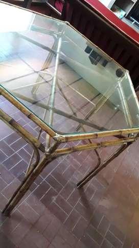 Mesa de comedor de mimbre y vidrio