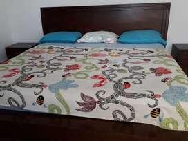 En un juego de cama King con colchón, cubrelecho y 2 mesas de noche