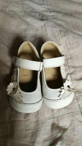 Zapatitos de cuero blanco beba talla 21
