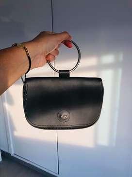 Venta de bolso de mano negro. Se puede usar como riñonera!