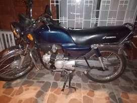 Vendo buena moto para reparar, bonita, buena marca.