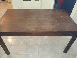 Mesa de madera extendible con 6 sillas de madera tapizadas