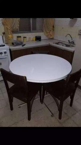 Mesa redonda con 4 sillas