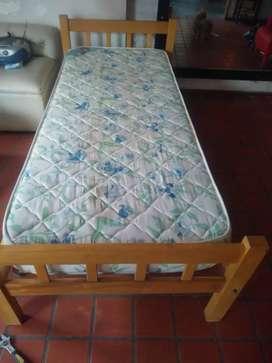 Cama semi nueva con colchón de una plaza