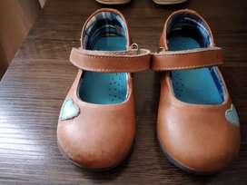 Bellas zapatillas de niña usadas