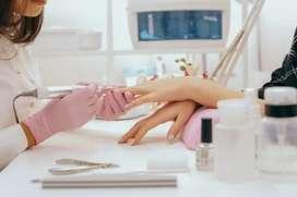 Se busca manicurista que trabaje en temporada navideña en salón de belleza