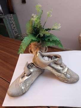 Zapatillas doradas nuevas sin cordon, con belcro talle 36, modelo original