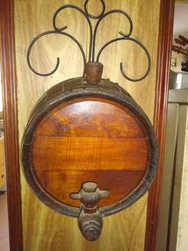 Vendo barril de madera con canilla más el accesorio para ser colgado