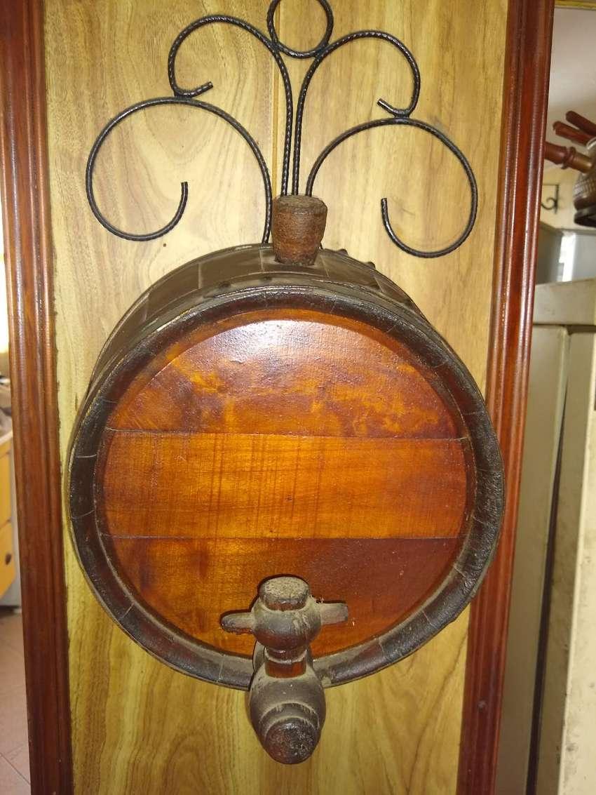 Vendo barril de madera con canilla más el accesorio para ser colgado 0