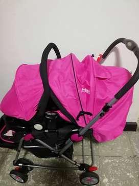 Coche con porta bebé para niña.