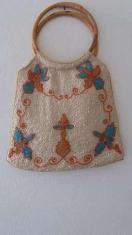 Cartera importada bordada en canutillos adentro forrada 45 x 32 cm
