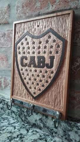 Porta llaves artesanal tallado de fútbol y marca de autos