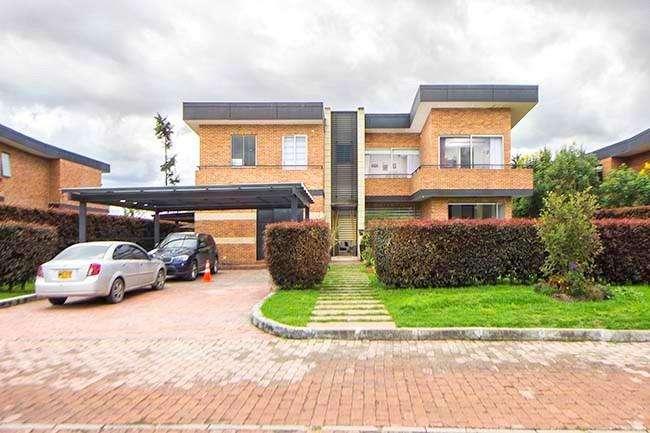 Hermosa y confortable casa ubicada en el Condominio Campestre Hacienda San Sebastian Via Guaymaral.  56830 0