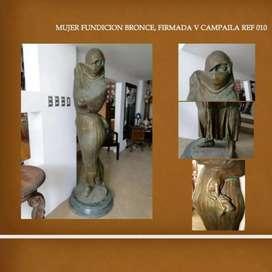 Muñeca de bronce aproximadamente 2m de alto firmada