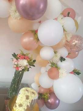 Arreglos con globos y flores naturales para cualquier evento.