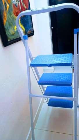 Vendo escalera de cuatro pisos es segura y firme está como nueva, mide 1,80 de alto precio negociable.