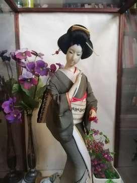 Geisha antigua en urna