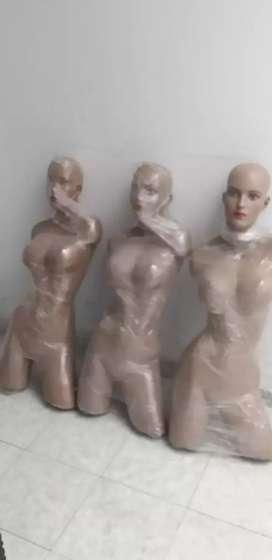 Tres maniquíes exhibidores de ropa femenina baratos en 100.000