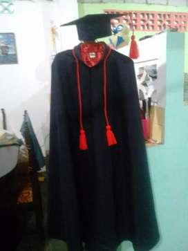 Venta y alquiler de togas, capas, birretes y estolas bordadas con el logo de institución.