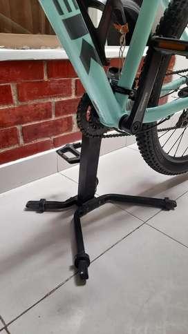 Para exhibir o sostener bicicleta  de bmx, mtb, o ruta